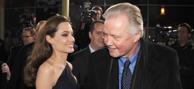 Angelina Jolie cada vez más cerca de su padre Jon Voight