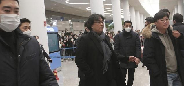Bong Joon-ho recibido en Corea como un héroe, bromea sobre el virus