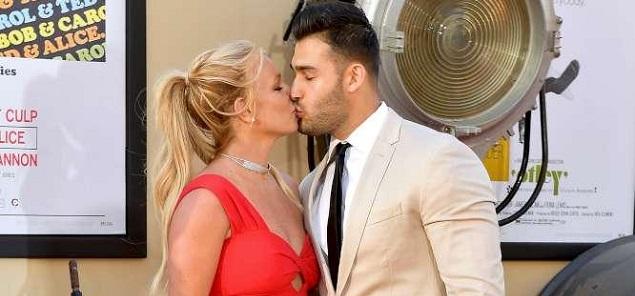 Britney Spears y Sam Asghari, debut oficial en la alfombra roja... con un beso