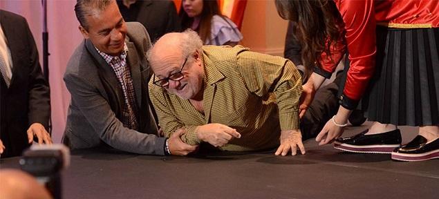 Danny DeVito cae al suelo durante la presentación de ''Dumbo''
