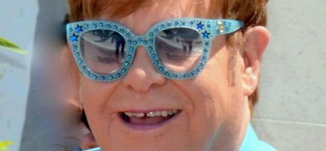 El drama jamás contado de Elton John: un tumor y una infección mortal