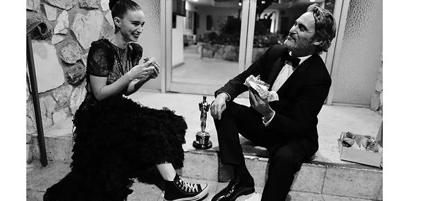 Joaquin Phoenix y Rooney Mara y su particular festejo post-Oscar