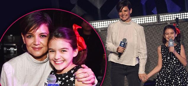 Katie Holmes en el escenario con su hija