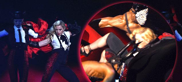 Madonna cae en el escenario en los Brit Awards