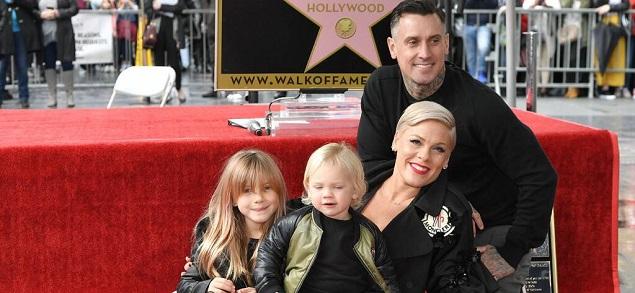 Pink hace una pausa para permitir que su esposo Carey Hart haga su carrera: ''Es su turno''