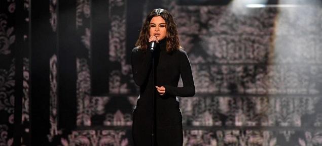 Selena Gomez sufre un ataque de pánico, pero sube al escenario y canta mostrando su nuevo tatuaje